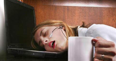 femme-endormie-bureau